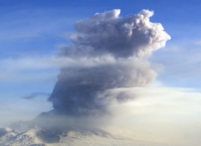 ITAR-TASS: KAMCHATKA TERRITORY, RUSSIA. JUNE 3, 2013. Shiveluch volcano spewing ash as high as 7,5 km above sea level. (Photo ITAR-TASS / Institute of Volcanology and Seismology of the Far Eastern Branch of the Russian Academy of Sciences) Ðîññèÿ. Êàì÷àòñêèé êðàé. 5 èþíÿ. Ïåïëîâûé âûáðîñ íà âóëêàíå Øèâåëó÷. Ôîòî ÈÒÀÐ-ÒÀÑÑ/ ÈÂèÑ ÄÂÎ ÐÀÍ