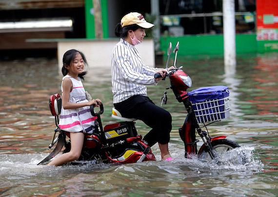china-floods-girl