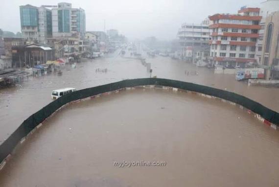 乾燥地帯のガーナの首都アクラで壊滅的な大洪水が発生し首都機能が停止 - 地球の記録 - アース・カタストロフ・レビュー