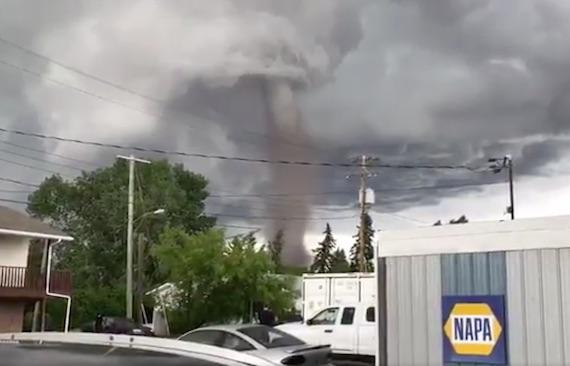 カナダの「異常嵐」の中で発生した信じられない超巨大トルネード 地球の記録 アース・カタストロフ・レビュー