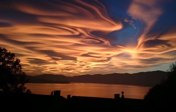 恐ろしいのか美しいのかわからない光景。イタリア北部の上空に出現した「赤く染まったアスペラトゥス波状雲」 地球の