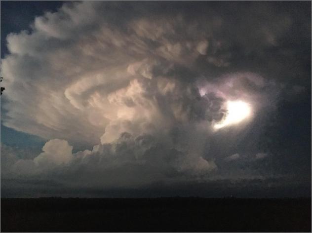 米ネブラスカ州各地に2日間に渡り、さまざまなキノコ雲が出現し続ける