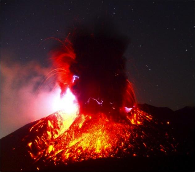 桜島の火山雷を伴うすさまじい爆発的噴火の様相。そして、この桜島は ...