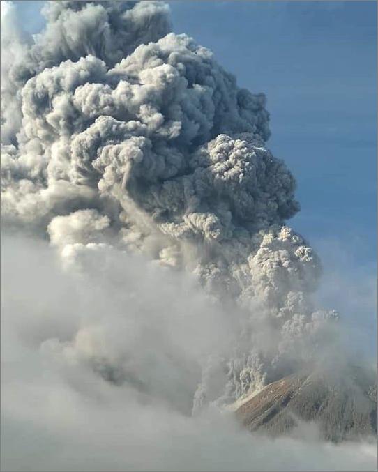 インドネシアのシナブン火山が2018年4月からの13ヵ月の沈黙を破り再び大噴火